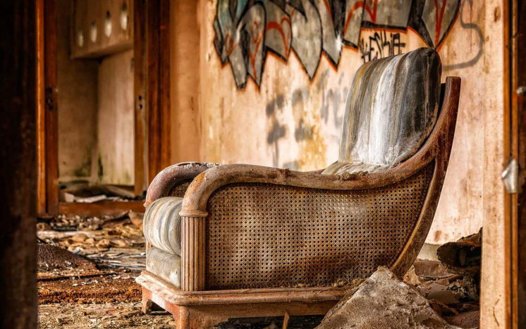 Pozbądź się starych i zniszczonych mebli, czyli jak skutecznie opróżnić mieszkanie?