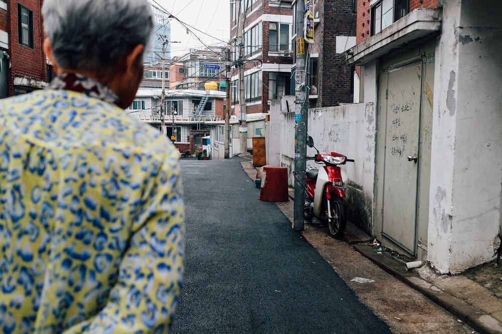 Przeprowadzka a osoby starsze – jak ją zorganizować sprawnie i bez stresu?