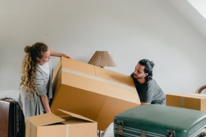 Jak odpowiednio spakować ubrania w kartony przed przeprowadzką?