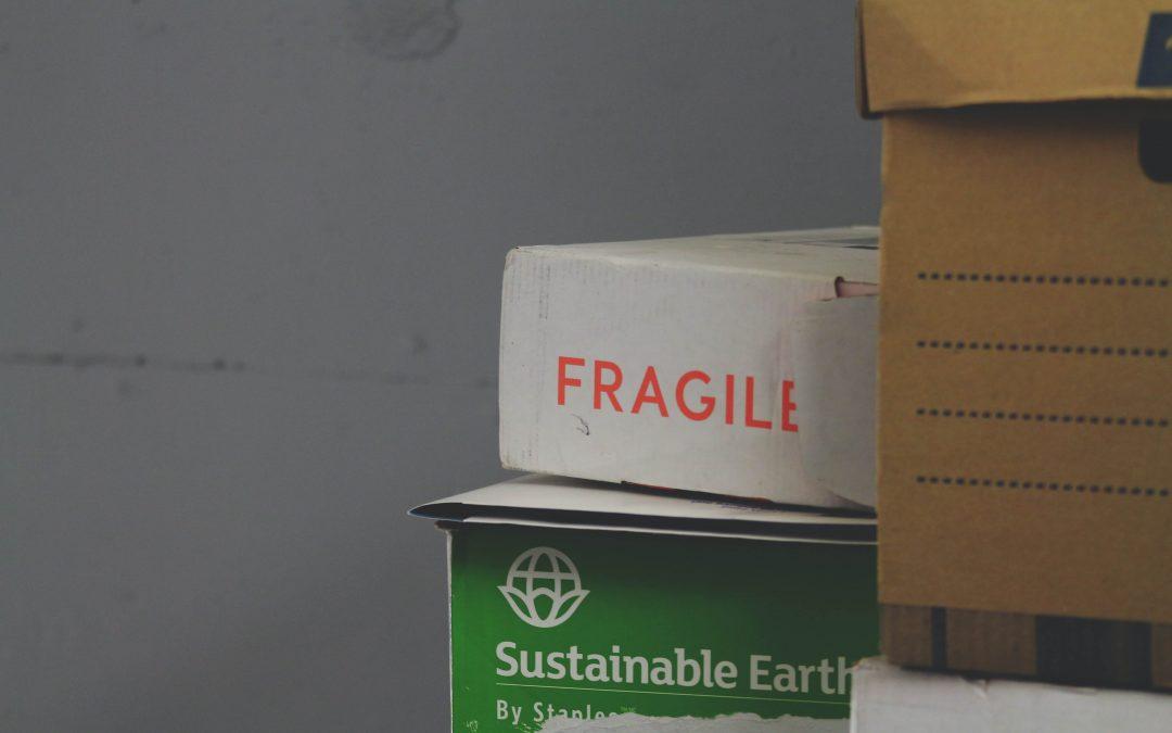 Czego NIE pakować do kartonów podczas przeprowadzki? Lista zakazanych przedmiotów
